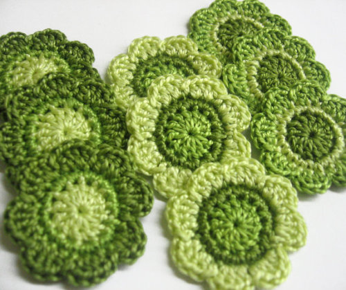 Handmade flower appliques in green 1,4 inches, 9pc. (A10076)