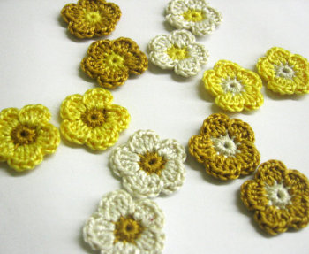 Tiny crochet flower appliques 2cm, yellow, cream, 12pc. (A10108)