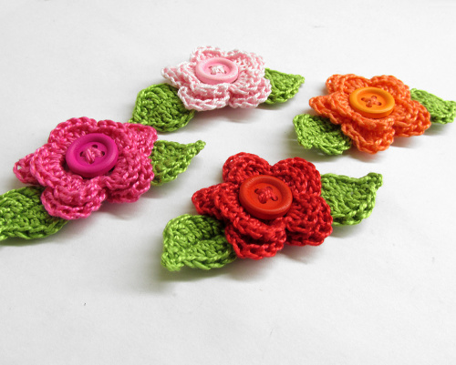 Crocheted 2-layer flowers with leaves and button, 4 pc. (A10029)