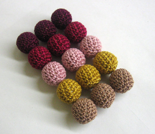 Crocheted beads 18mm handmade round set of 15, red, golden, brown mix