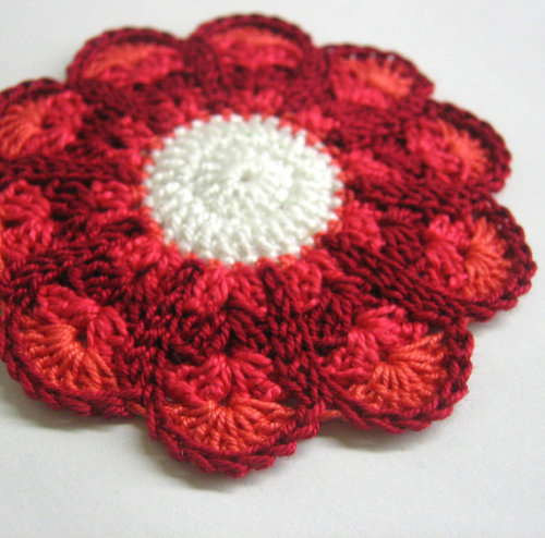 Crocheted flower motif, applique, red 3,5 inches wide, 1pc. (A10003)