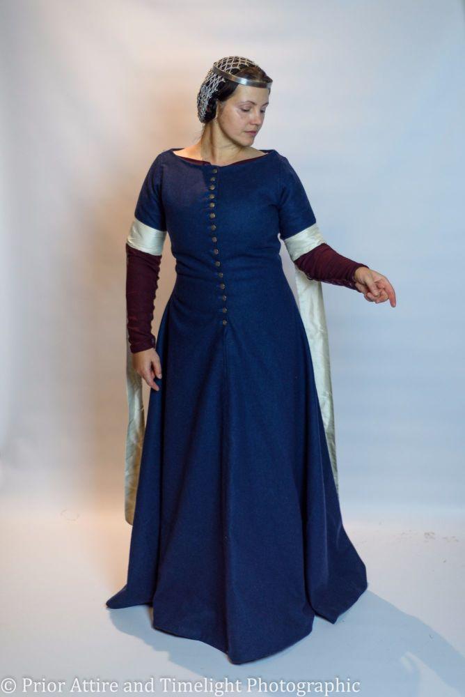 Medieval dress cotehardie