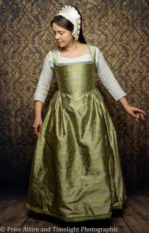 Tudor/Elizabethan kirtle in silk size 14-16