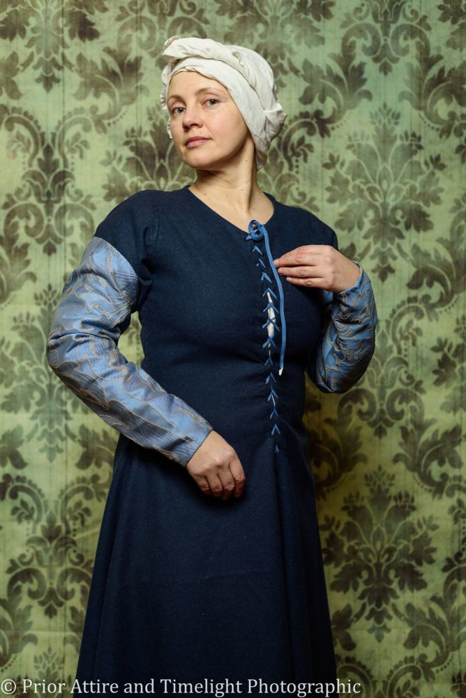 Medieval sleeves in silk/linen brocade