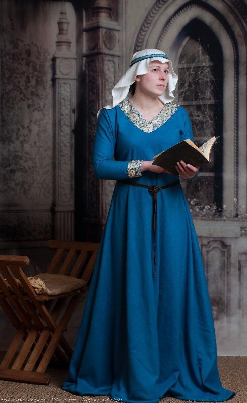 ladies mediaeval attire-12