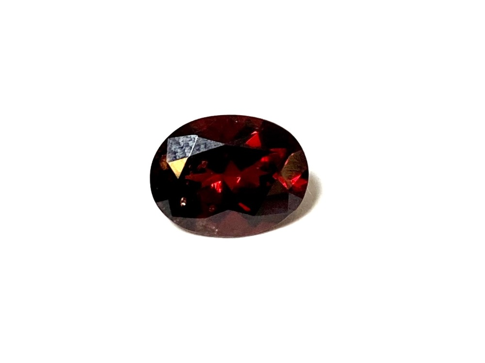 Garnet  Oval  Deep Red    9mm x 7mm   2.26cts      Gar017