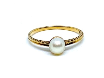pearl ring in 14ct gold embossed sides  size L