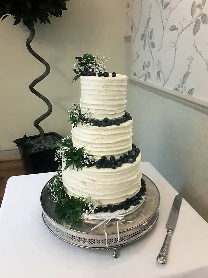 buttercream wedding cakes with berries
