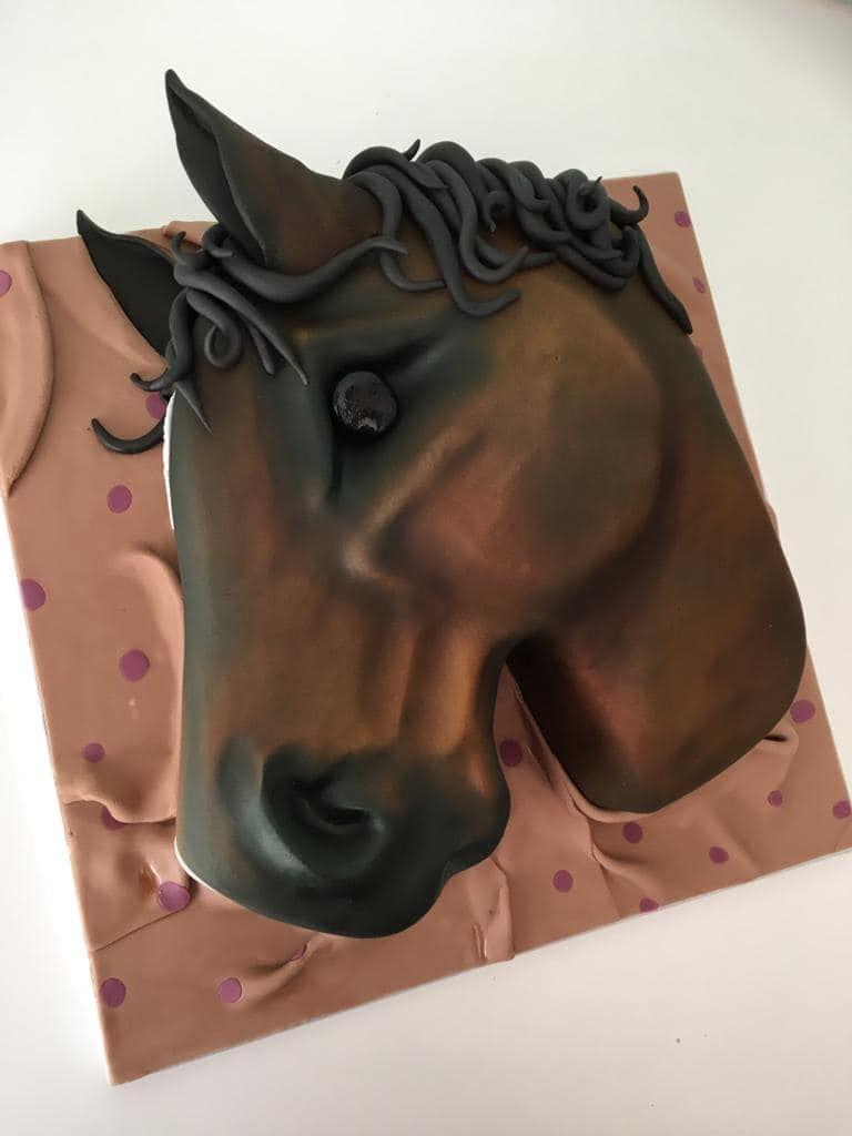 Bay horse head cake