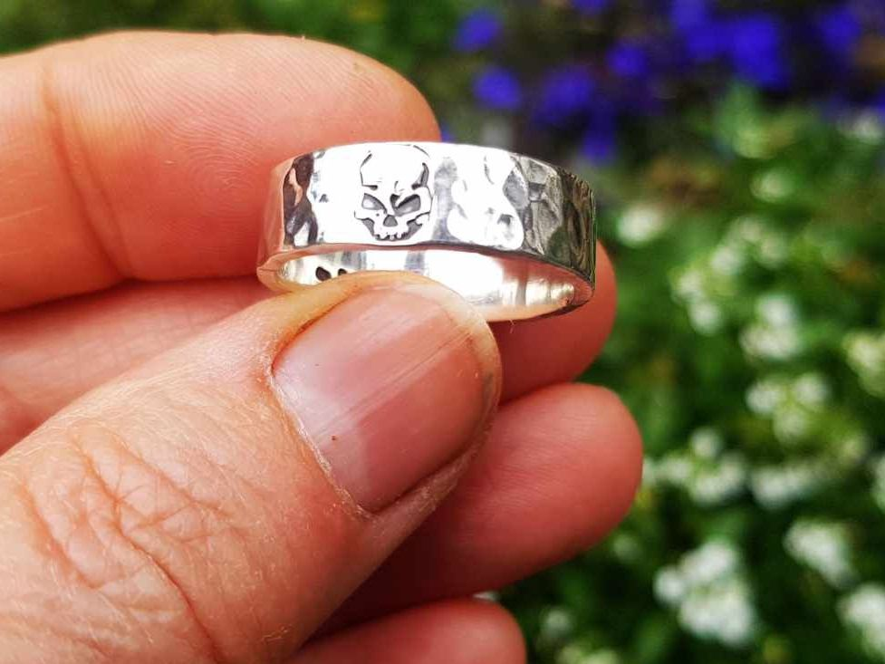 Ring - Sterling Silver - Hammered Band with Angry Skull Design - Size R 1/2