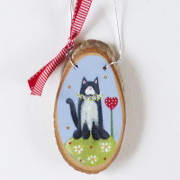 Medium tree slice, black & white cat
