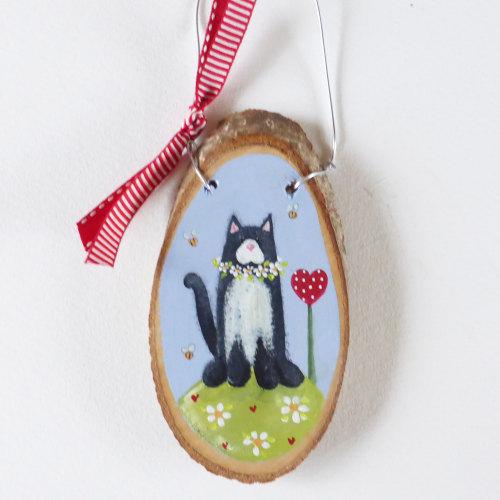Medium tree slice, black & white cat