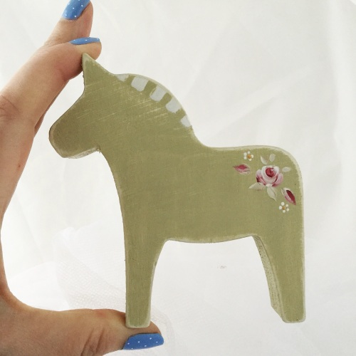 small horse single rose design, green background