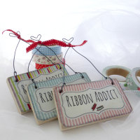 "mini ""Ribbon addict"" sign"