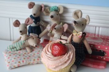 Maileg mouse family eating cake