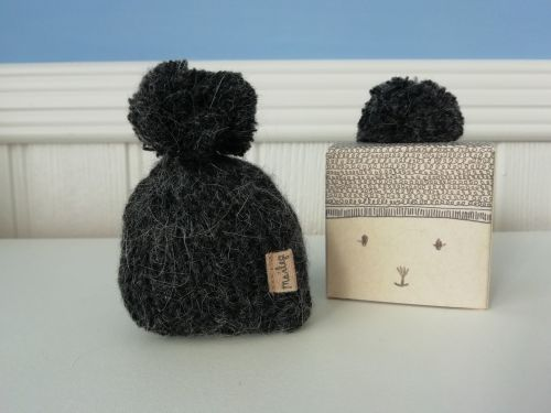 Maileg, Knitted hat with Pom Pom Hat, Anthracite
