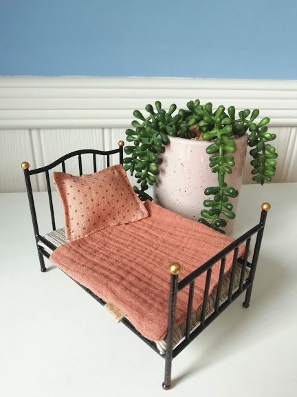 Maileg, Vintage bed, Mouse - Anthracite (spotty pillow)