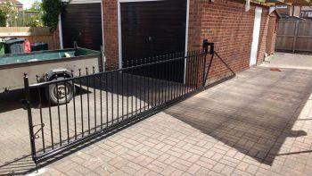 Sliding 'cantilever' gate