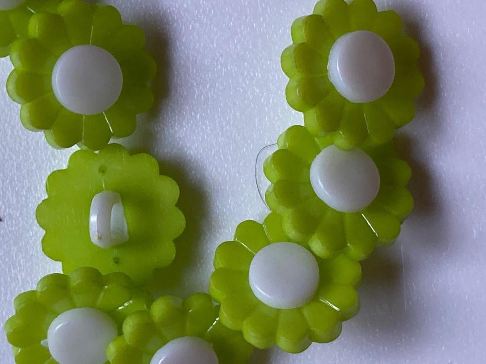 Green Flower / Daisy Button 17mm (Pack of 12)