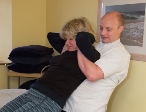 Darren Chandler Osteopath performing osteopathy on a ladies' back