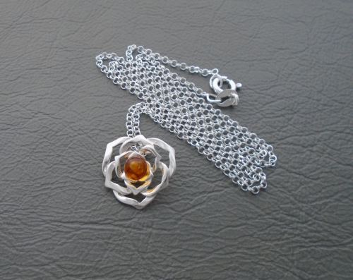 (NEW) Cut-out sterling silver flower head necklace with amber