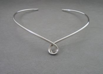 Elegant & simple sterling silver collar necklet / necklace with a twist