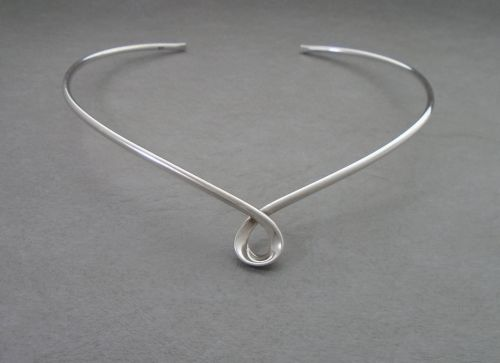 5f9536fb7 Elegant & simple sterling silver collar necklet / necklace with a twist