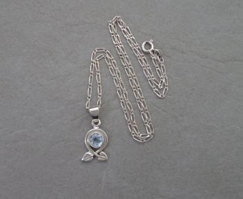 Attractive sterling silver & topaz necklace