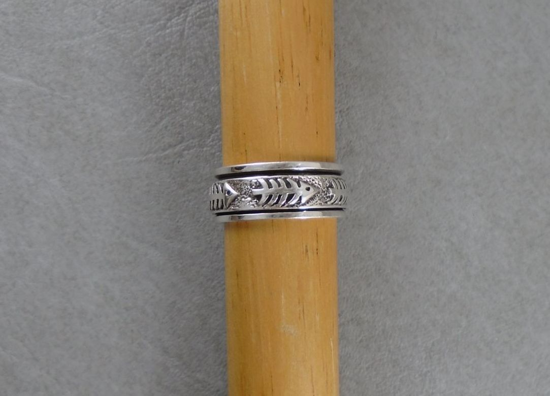 Quirky sterling silver spinner ring with fish bones!