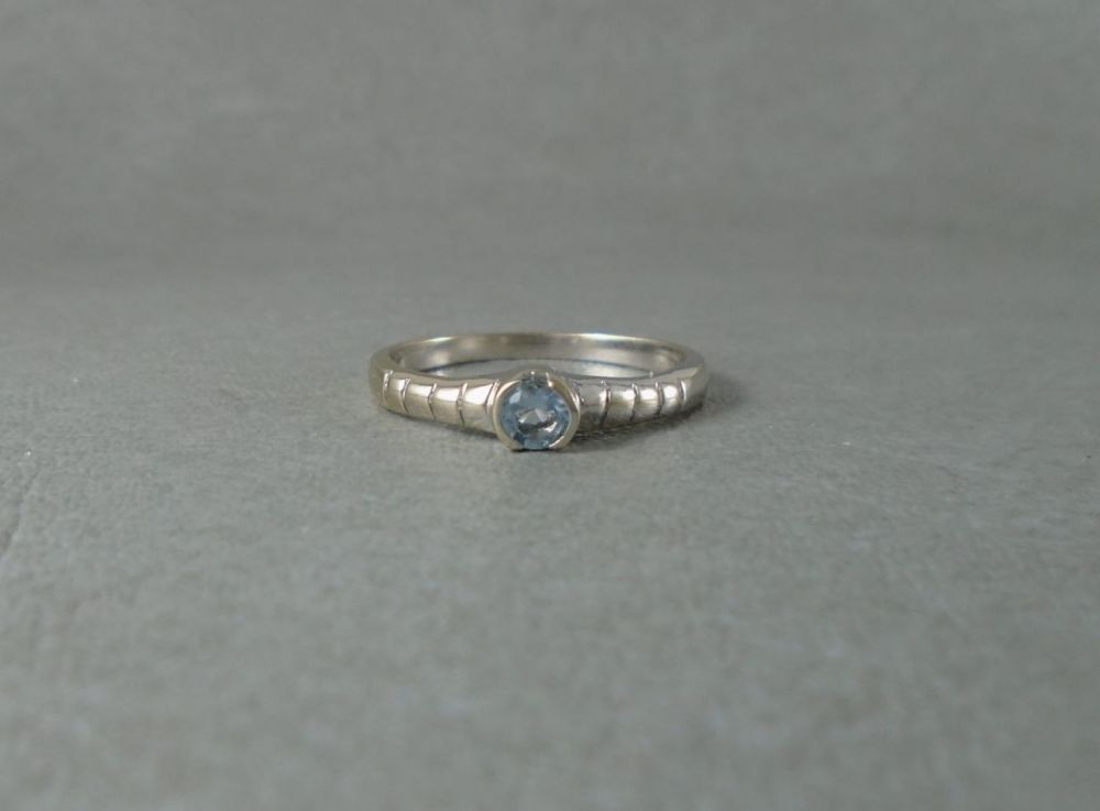 Sterling silver & blue topaz solitaire ring with striped shoulders