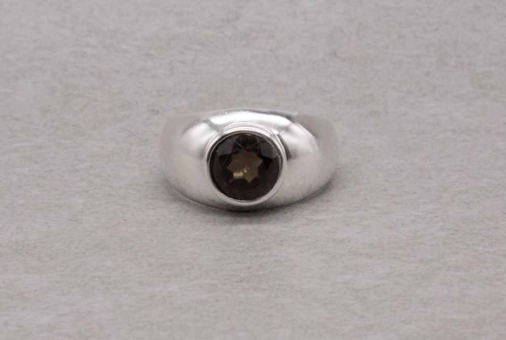 Graduated sterling silver ring with a faceted brown stone