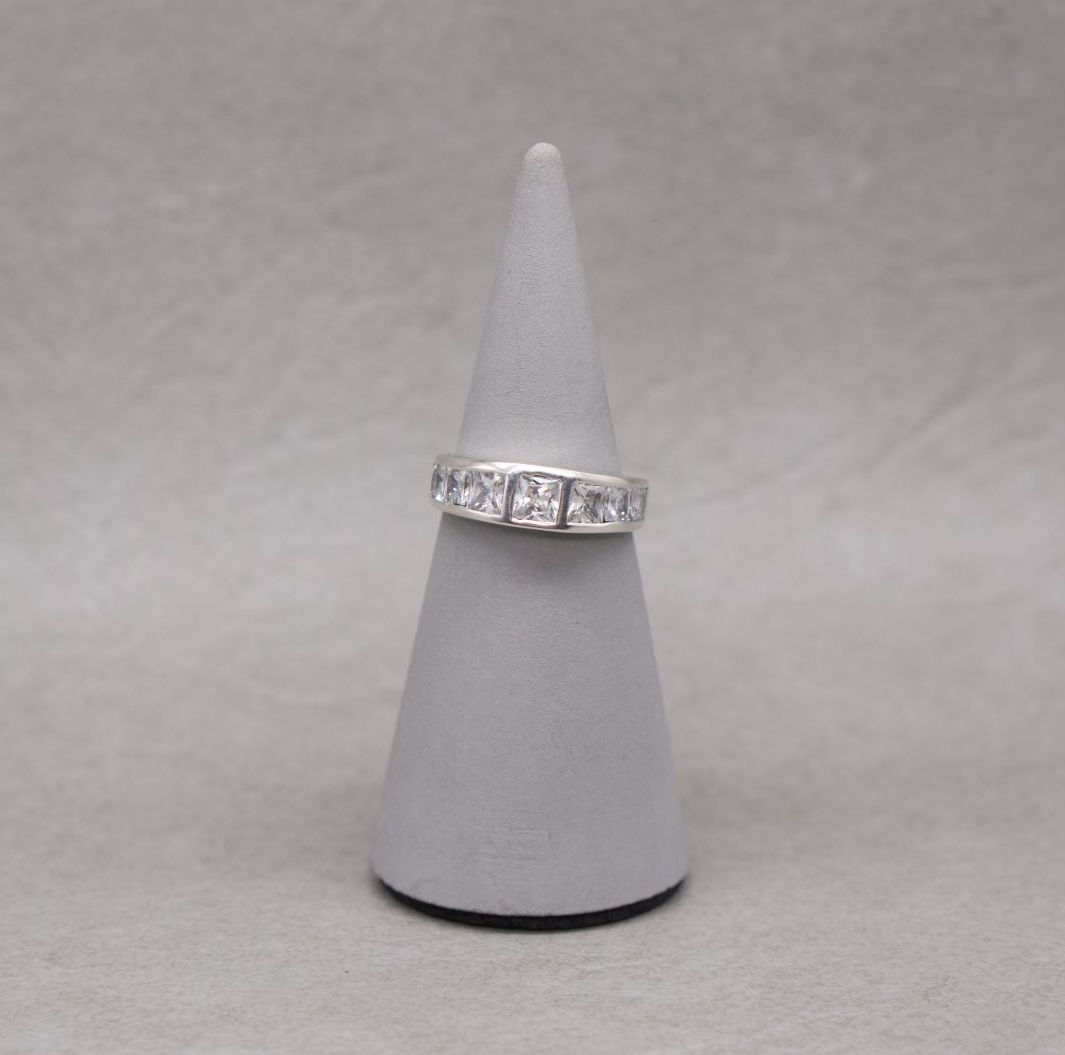 Graduated sterling silver ring with square stones