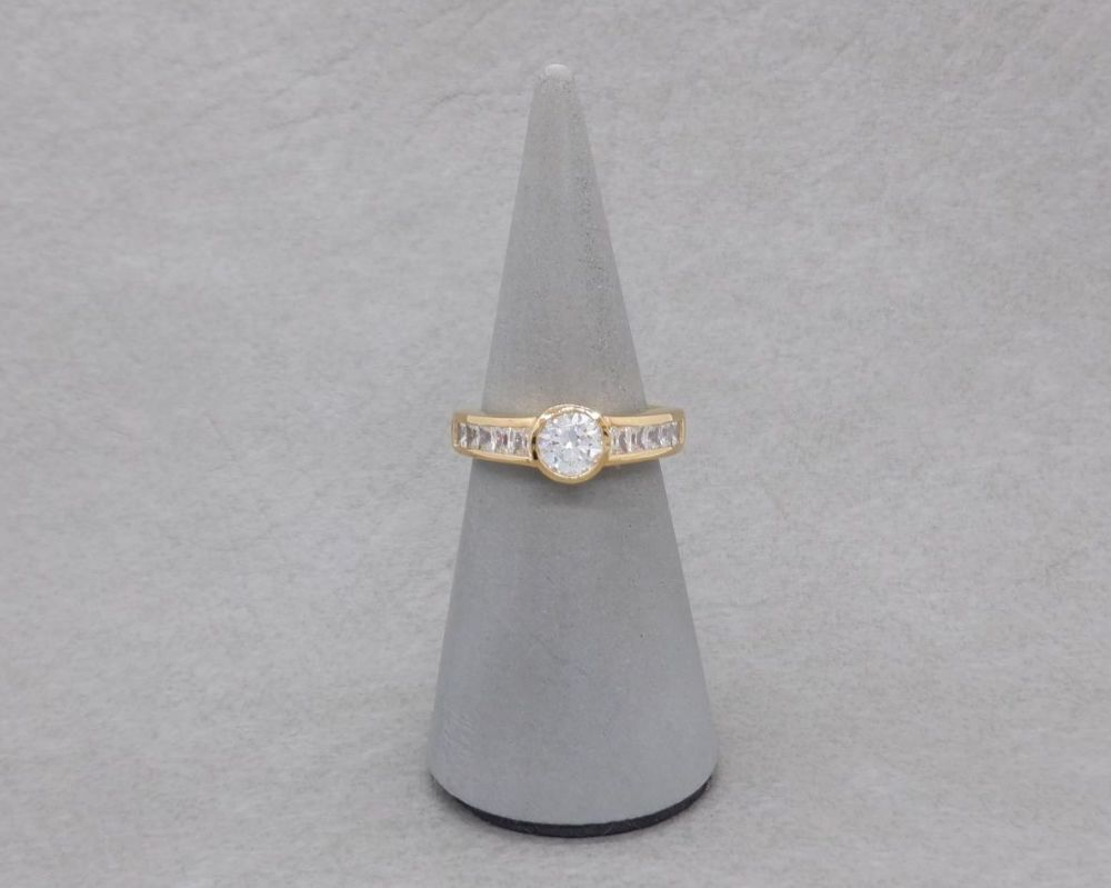 Elegant gilt sterling silver ring with clear stones
