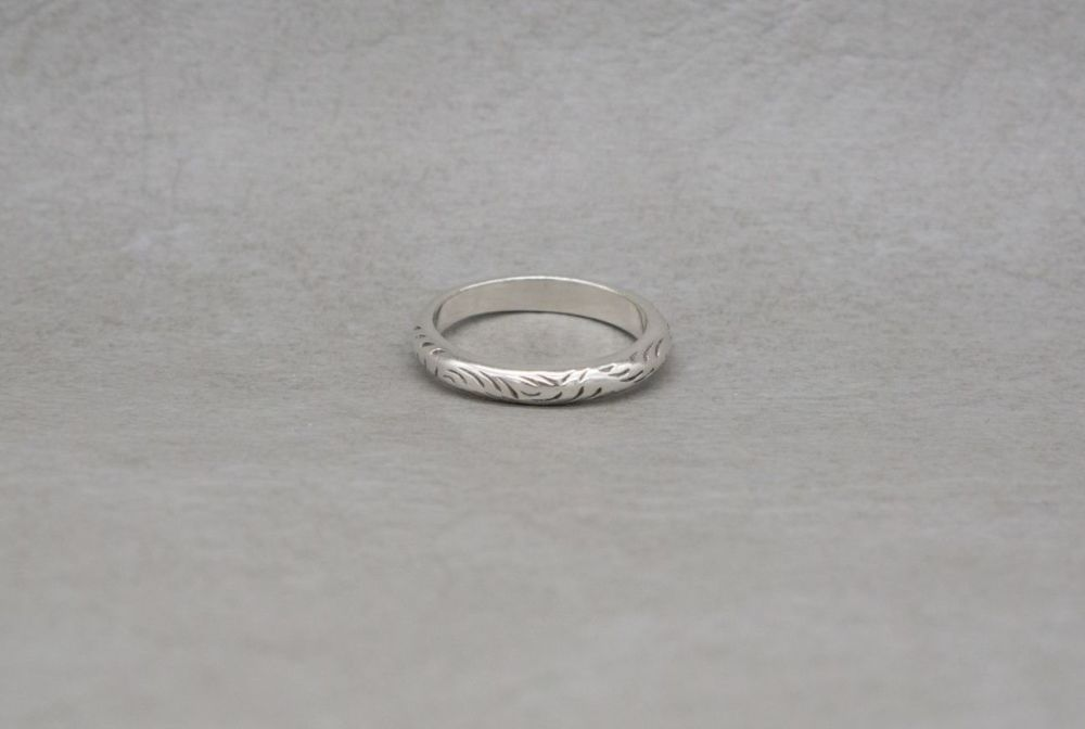 Vintage sterling silver ring with an engraved pattern