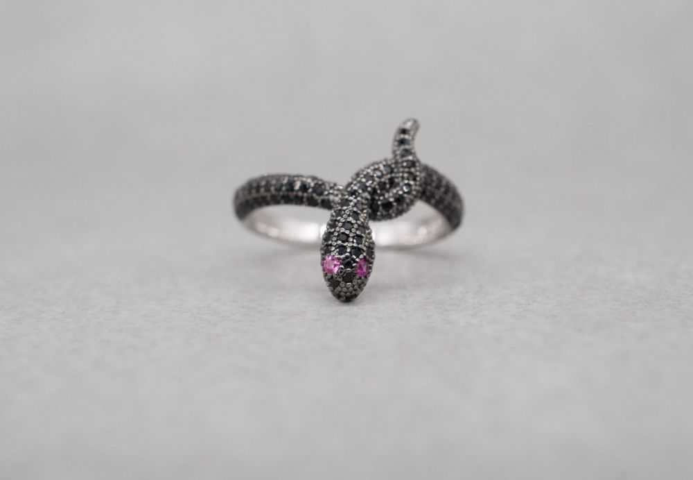 Unusual sterling silver & black spinel snake ring with pink eyes (J)