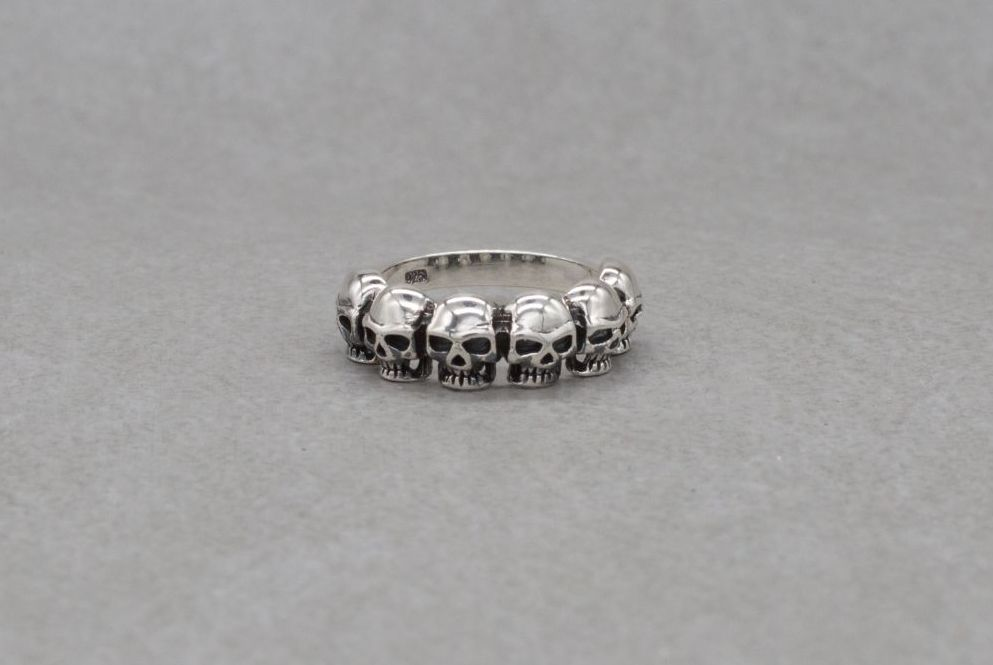 Sterling silver ring with 6 skulls (N)