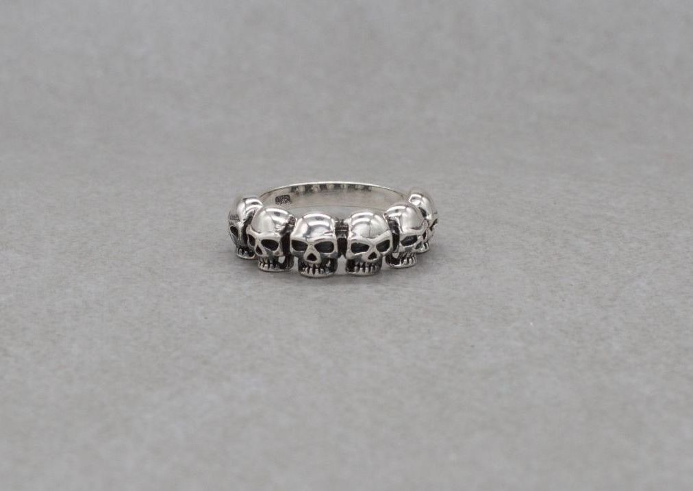 Sterling silver ring with 6 skulls (Q)