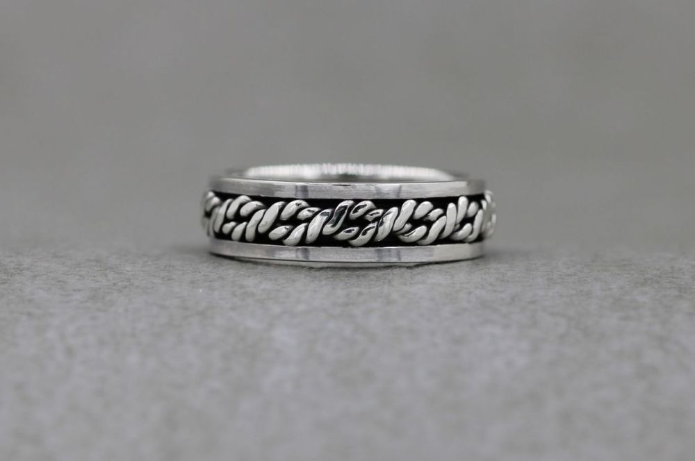 Sterling silver spinner ring with a twisted rope centre
