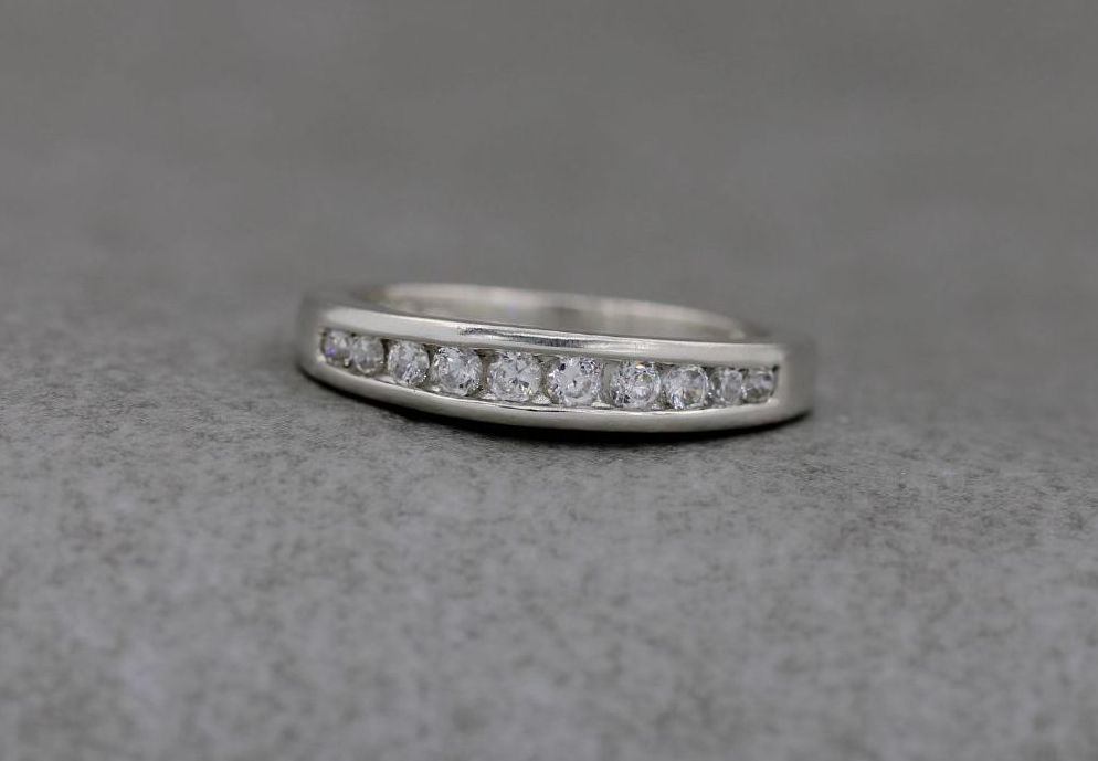 Gently graduated sterling silver & clear stone ring