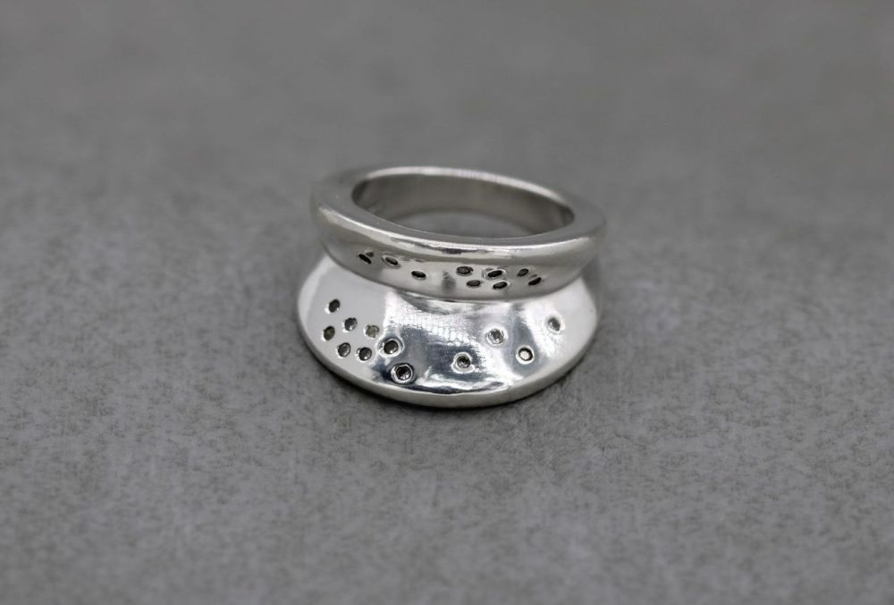Unusual chunky sterling silver & clear stone 'V' ring