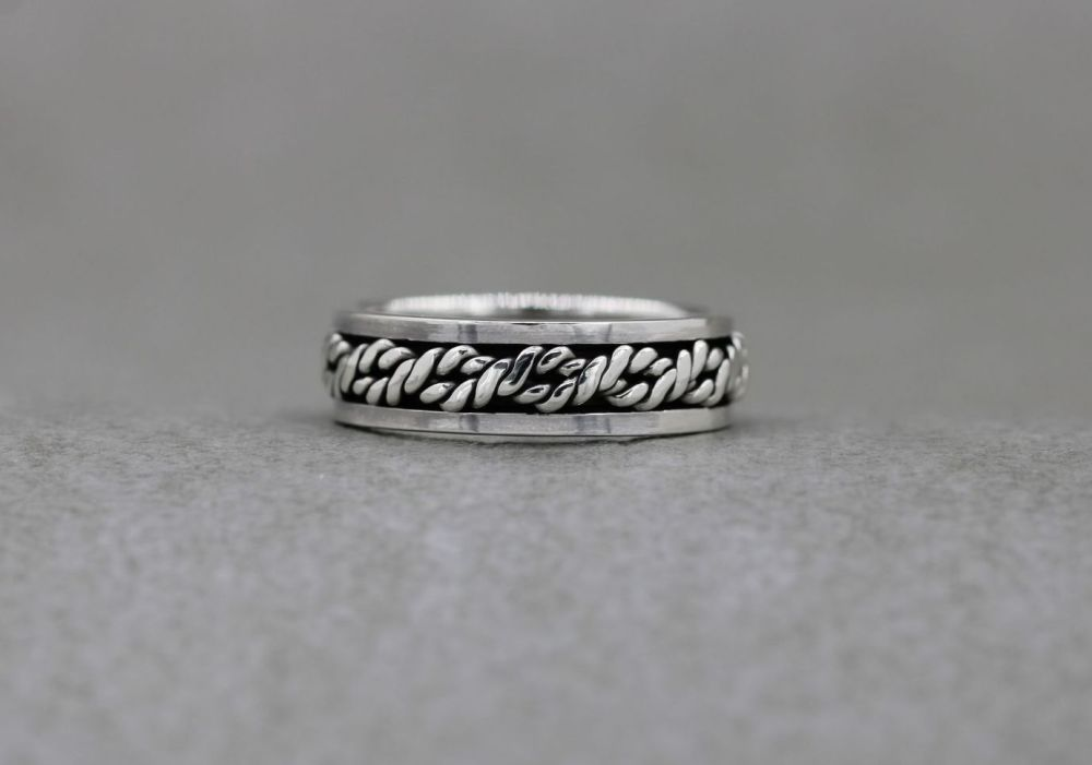 Sterling silver spinner ring with a twisted rope centre (V)