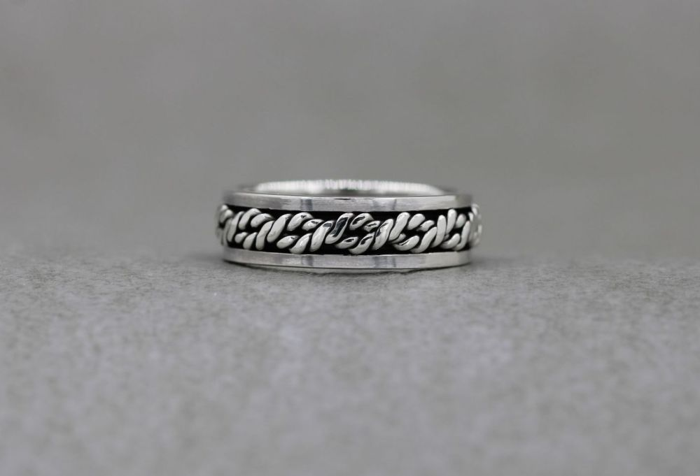 Sterling silver spinner ring with a twisted rope centre (O)