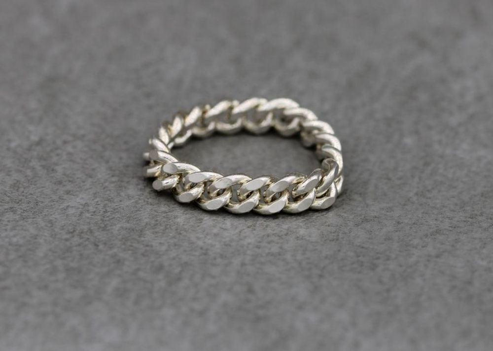 Unusual sterling silver flexible curb chain ring  (P)