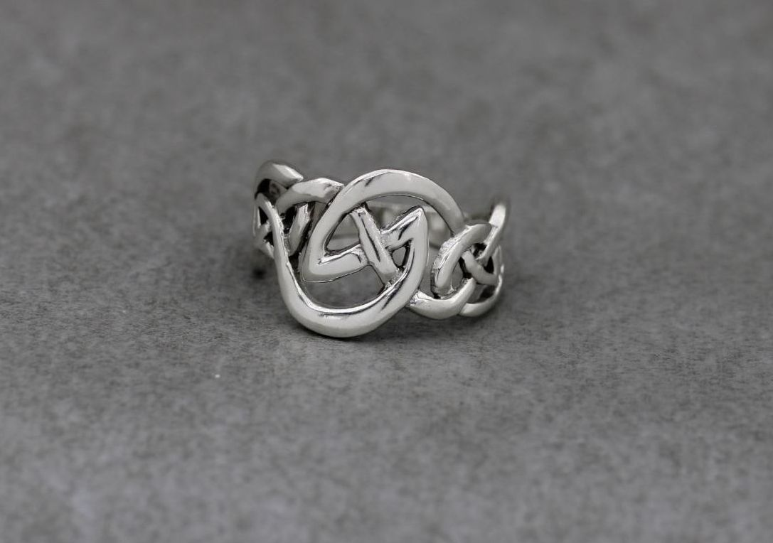 Graduated sterling silver celtic knot ring