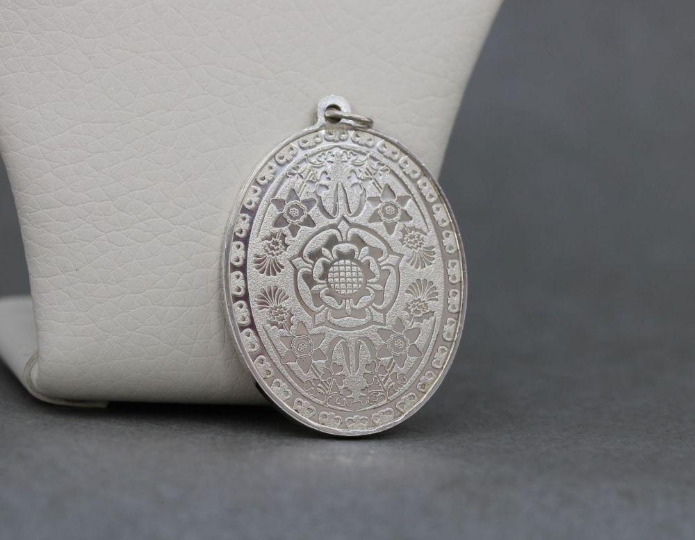 Solid sterling silver Tudor rose commemorative medallion / pendant; 1977 Qu