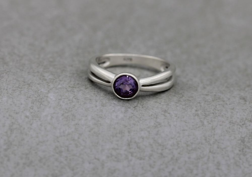 Sterling silver & amethyst solitaire ring with split shoulders