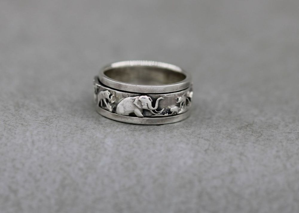 Unusual sterling silver elephant spinner ring (L)