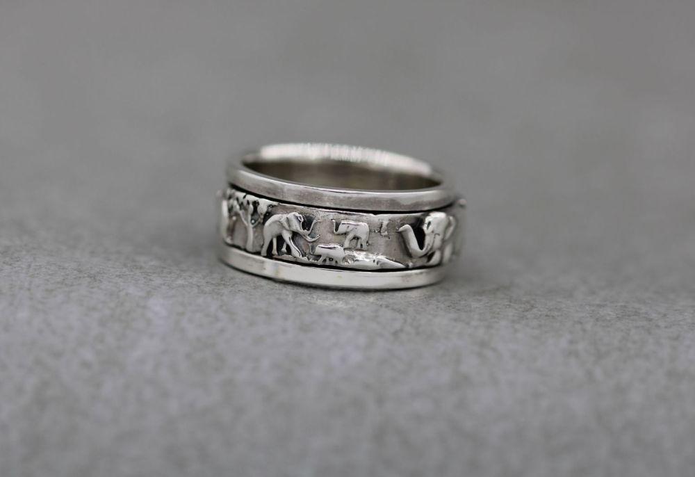 Unusual sterling silver elephant spinner ring (K)