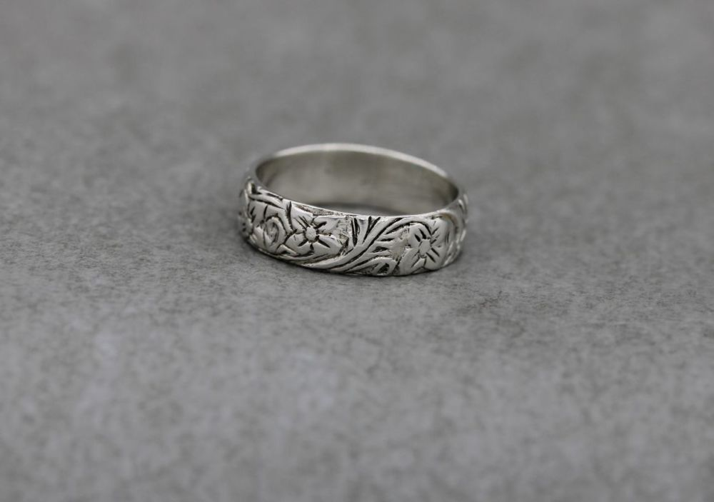 Sterling silver floral patterned band ring
