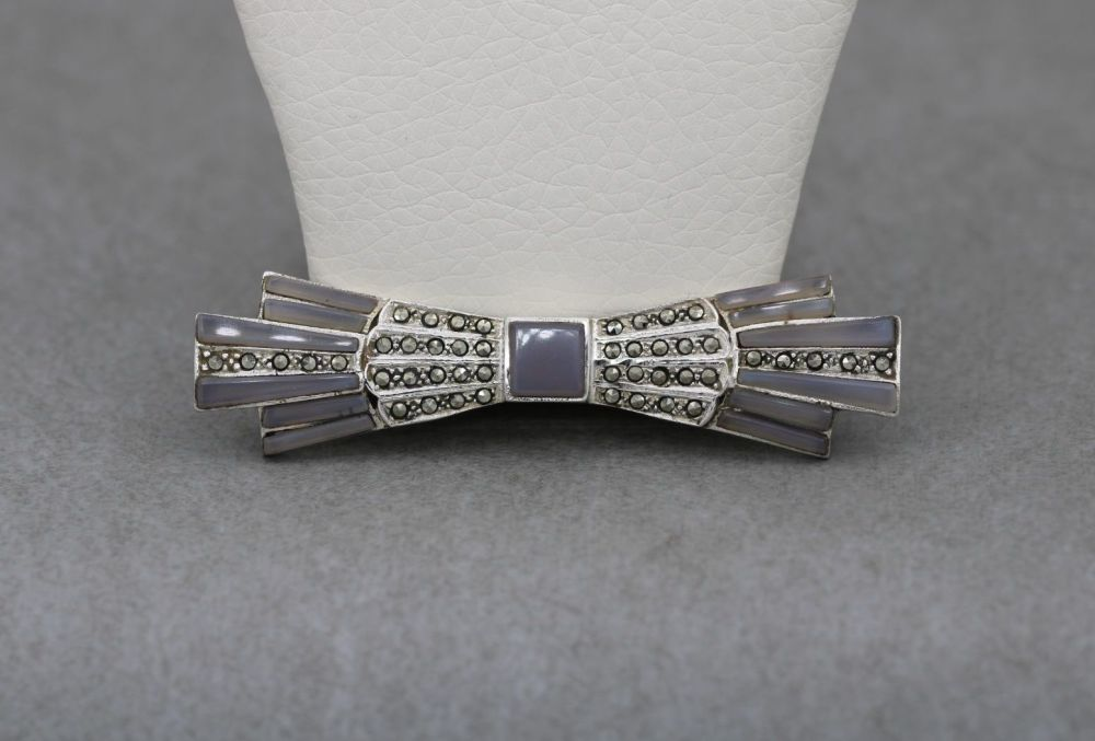 'Art Deco' inspired sterling silver, marcasite & agate bow brooch